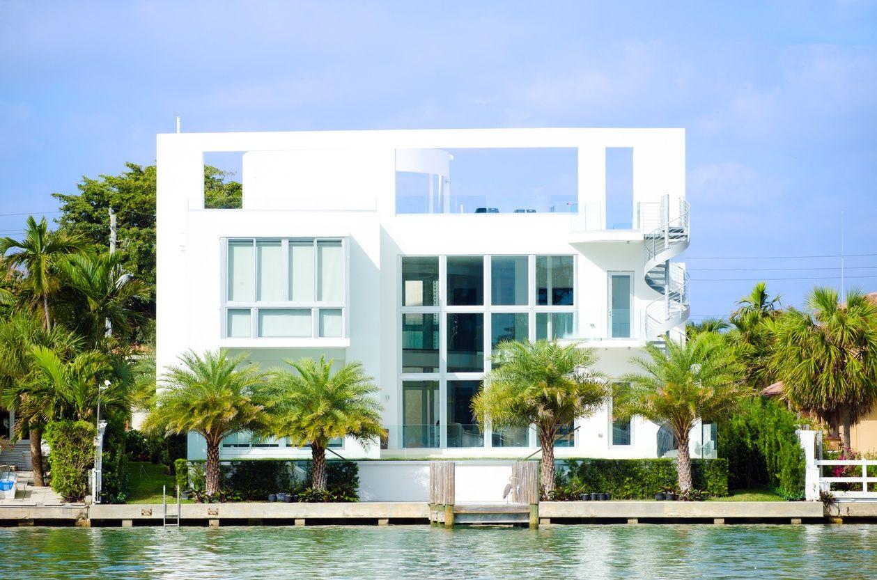 해안가에 있는 화려하고 현대적인 화이트 마이애미 맨션