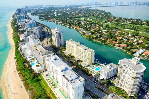마이애미 해변의 해변과 고층 빌딩의 공중 보기